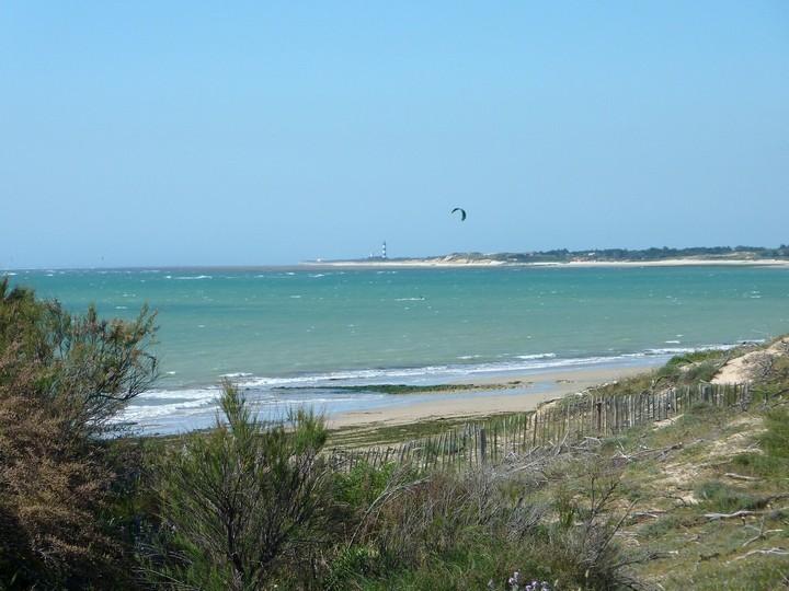 kite-surf et Phare de Chassiron au loin