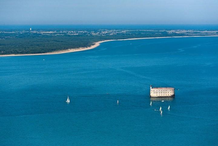 France, Charente Maritime (17), Fort Boyard, Depuis 1986 Fort Boyard appartient au département de la Charente Maritime et est devenu le théâtre du célèbre jeu télévisé (vue aérienne)